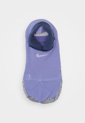 GRIP STUDIO - Sportovní ponožky - light thistle/diffused blue/barely rose