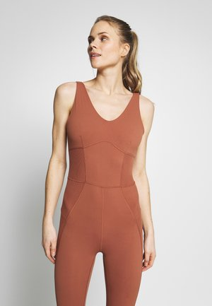 W NK YOGA LUXE JUMPSUIT - Mono deportivo - red bark/terra blush