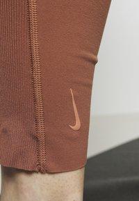 Nike Performance - W NK YOGA LUXE JUMPSUIT - Chándal - red bark/terra blush - 6