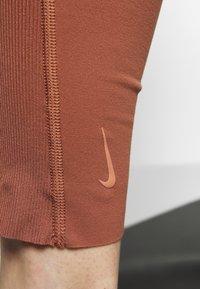 Nike Performance - W NK YOGA LUXE JUMPSUIT - Chándal - red bark/terra blush - 5