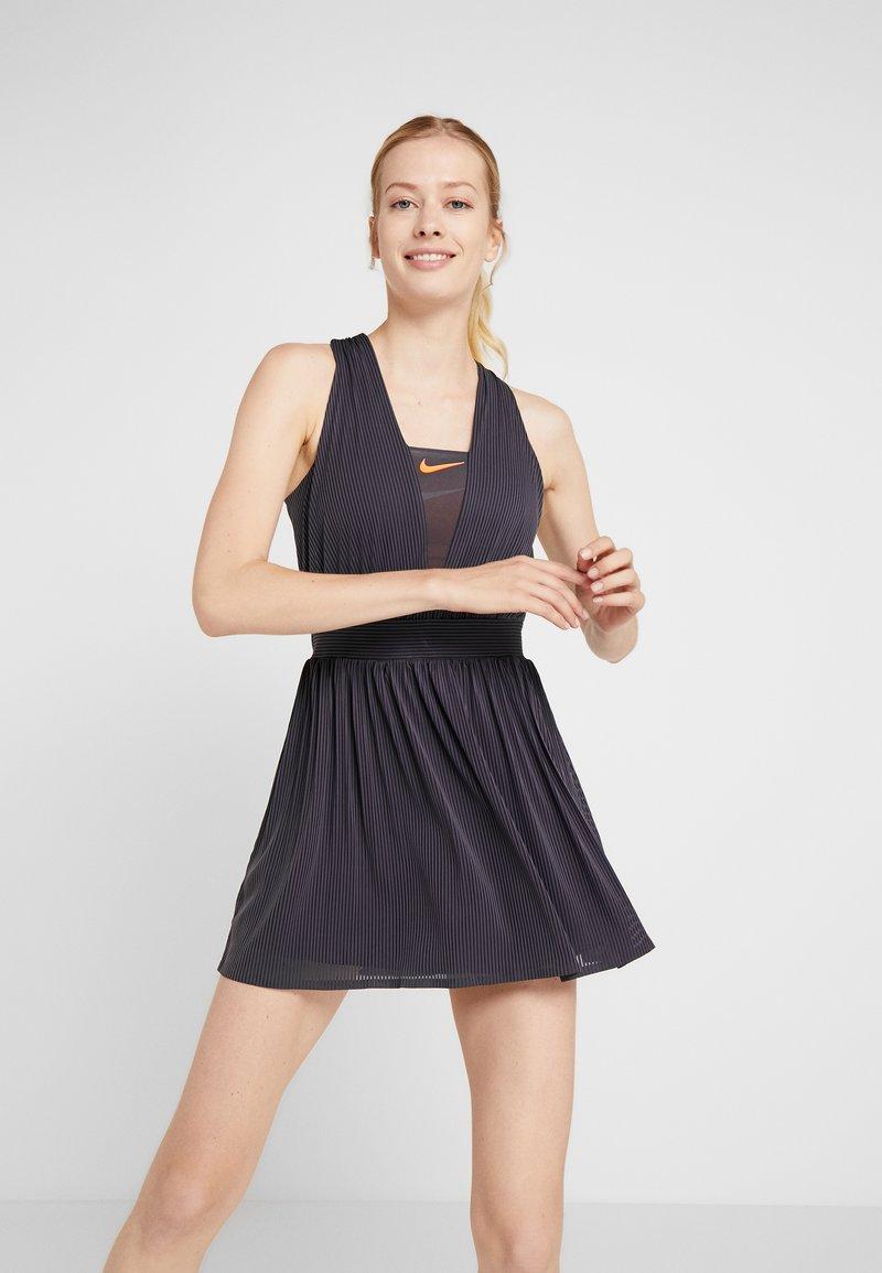 Nike Performance - MARIA DRY DRESS - Sportovní šaty - gridiron/hyper crimson