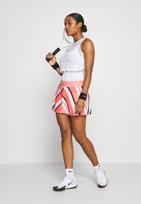 Nike Performance - FLOUNCY SKIRT PRINTED - Rokken - sunblush/white - 1