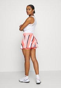 Nike Performance - FLOUNCY SKIRT PRINTED - Rokken - sunblush/white - 2