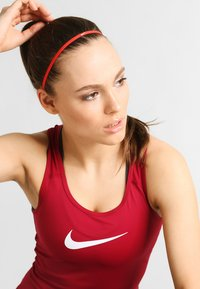 Nike Performance - SKINNY HAIRBANDS 8 PACK - Varios accesorios - light crimson/dark cayenne/bright melon - 0