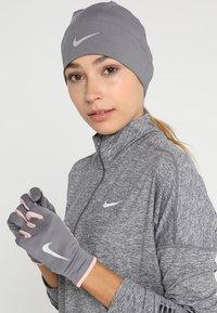 Nike Performance - WOMENS RUN DRY HAT AND GLOVE SET - Handschoenen - gunsmoke/storm pink/silver - 1