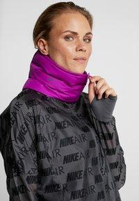 Nike Performance - CITY SCARF - Kruhová šála - vivid purple/reflective black - 1