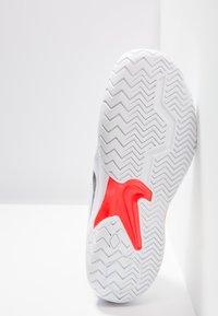 Nike Performance - AIR ZOOM RESISTANCE - Tenisové boty na antuku - white/black/bright crimson - 4