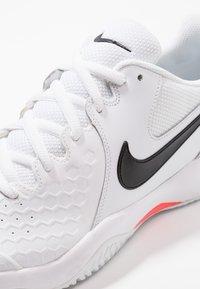 Nike Performance - AIR ZOOM RESISTANCE - Tenisové boty na antuku - white/black/bright crimson - 5