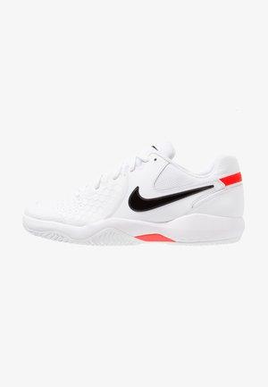 AIR ZOOM RESISTANCE - Tenisové boty na antuku - white/black/bright crimson