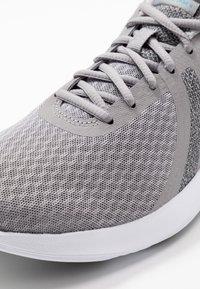 Nike Performance - REVOLUTION - Trail hardloopschoenen - atmosphere grey/metallic pewter/thunder grey - 5