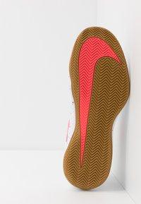 Nike Performance - AIR ZOOM VAPOR X CLAY - Tenisové boty na antuku - white/laser crimson/oracle aqua/off noir - 4
