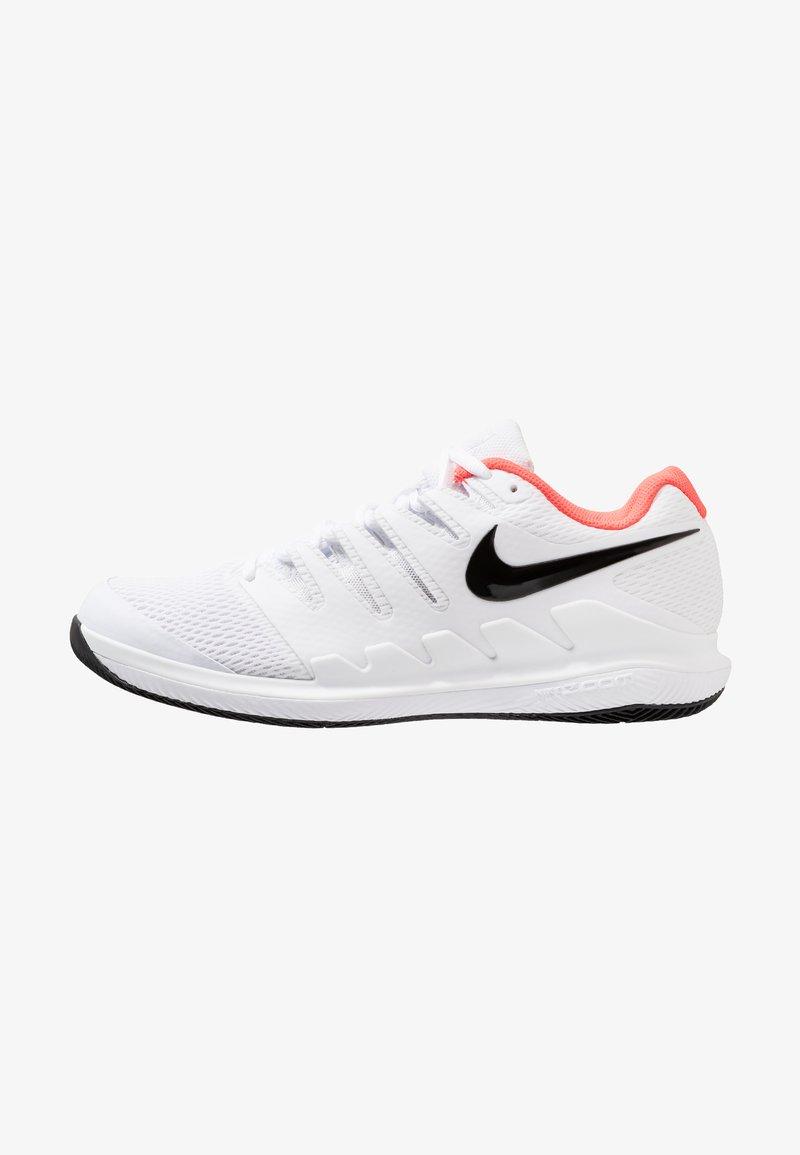 Nike Performance - NIKE AIR ZOOM VAPOR X - Multicourt Tennisschuh - white/black/bright crimson