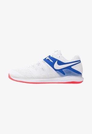 AIR ZOOM VAPOR X - Tenisové boty na všechny povrchy - white/game royal/flash crimson