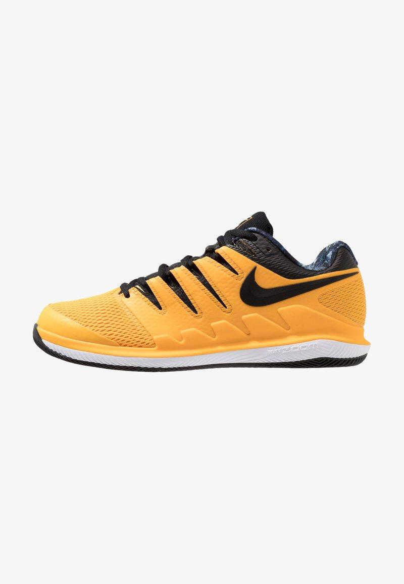 Nike Performance - NIKE AIR ZOOM VAPOR X - Multicourt Tennisschuh - university gold/black/white/volt glow