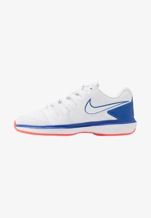 AIR ZOOM PRESTIGE - Tenisové boty na všechny povrchy - white/game royal/flash crimson