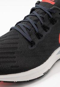 Nike Performance - AIR ZOOM STRUCTURE 22 - Löparskor stabilitet - anthracite/bright crimson/wolf grey - 5