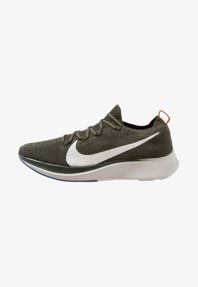 Nike Performance - ZOOM FLY FK - Neutrale løbesko - sequoia/summit white/olive flak/light bone/hyper crimson