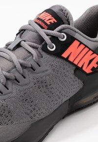 Nike Performance - ZOOM DOMINATION TR 2 - Sportschoenen - gunsmoke/flash crimson/black - 5