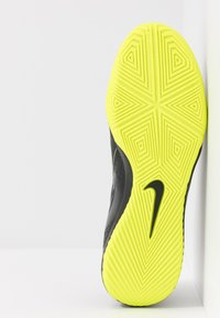 Nike Performance - PHANTOM ACADEMY IC - Futsal-kengät - black/volt - 4