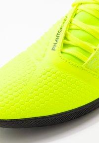 Nike Performance - PHANTOM CLUB IC - Botas de fútbol sin tacos - volt/obsidian/barely volt - 5
