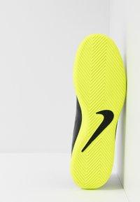 Nike Performance - PHANTOM CLUB IC - Halówki - black/volt - 4