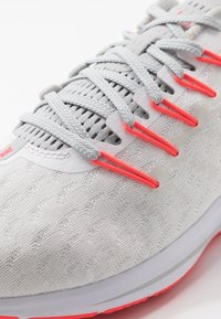 Nike Performance - AIR ZOOM VOMERO  - Zapatillas de running neutras - white/laser crimson/grey fog/track red - 5