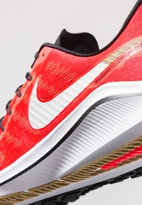 Nike Performance - AIR ZOOM VOMERO  - Zapatillas de running neutras - red orbit/white/black/parachute beige - 6