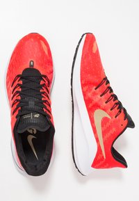 Nike Performance - AIR ZOOM VOMERO  - Zapatillas de running neutras - red orbit/white/black/parachute beige - 1