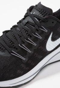 Nike Performance - AIR ZOOM VOMERO  - Hardloopschoenen neutraal - black/white/thunder grey - 5