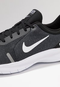 Nike Performance - FLEX EXPERIENCE RN  - Paljasjalkajuoksukengät - black/white/cool grey/reflect silver - 5