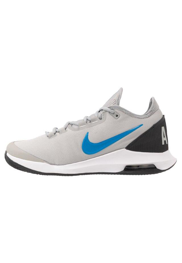 COURT AIR MAX WILDCARD CLAY - Tennisskor för grus - lt smoke grey/blue hero-off noir-white