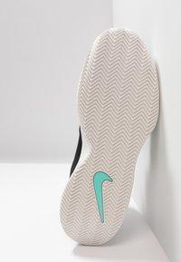 Nike Performance - AIR MAX WILDCARD CLY - Zapatillas de tenis para tierra batida - black/phantom/bright crimson - 4