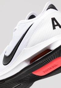 Nike Performance - NIKECOURT AIR MAX WILDCARD - Kengät kaikille alustoille - white/black/bright crimson - 5