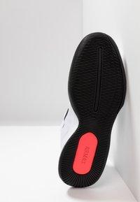 Nike Performance - NIKECOURT AIR MAX WILDCARD - Kengät kaikille alustoille - white/black/bright crimson - 4