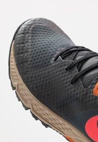 Nike Performance - AIR ZOOM WILDHORSE 5 - Zapatillas de trail running - dark smoke grey/laser crimson/black/magma orange/khaki - 5