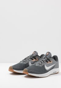 Nike Performance - DOWNSHIFTER 9 - Zapatillas de running neutras - smoke grey/photon dust/dark smoke grey/metallic copper/medium brown/particle grey - 2