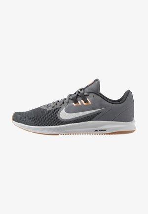 DOWNSHIFTER 9 - Zapatillas de running neutras - smoke grey/photon dust/dark smoke grey/metallic copper/medium brown/particle grey