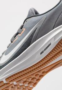 Nike Performance - DOWNSHIFTER 9 - Zapatillas de running neutras - smoke grey/photon dust/dark smoke grey/metallic copper/medium brown/particle grey - 5