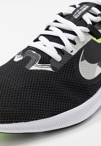 Nike Performance - DOWNSHIFTER 9 - Zapatillas de running neutras - black/white/particle grey/dark smoke grey/ghost green/sapphire - 5