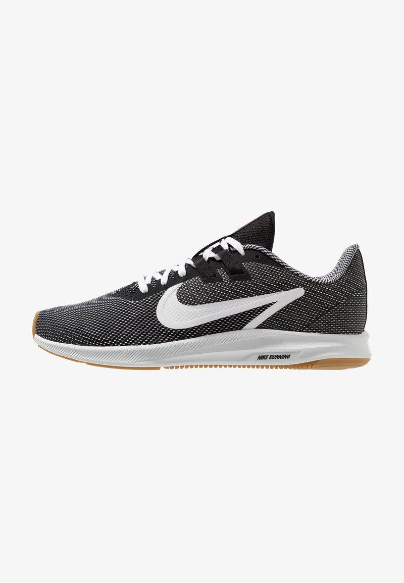 Nike Performance - DOWNSHIFTER 9 SE - Laufschuh Neutral - black/white/light brown