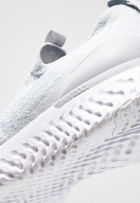 Nike Performance - EPIC PHANTOM REACT FK - Neutrala löparskor - wolf grey/white - 6