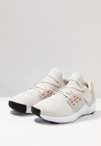 Nike Performance - FREE METCON 2 - Obuwie do biegania neutralne - light bone/orange peel/white/black - 2