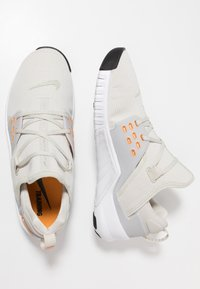Nike Performance - FREE METCON 2 - Obuwie do biegania neutralne - light bone/orange peel/white/black - 1