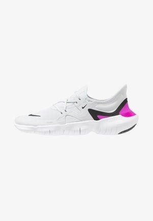 FREE RN 5.0 - Minimalist running shoes - pure platinum/black/hyper violet