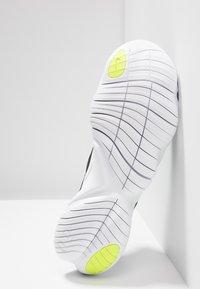 Nike Performance - FREE RN 5.0 - Obuwie do biegania neutralne - black/white/anthracite/volt - 4
