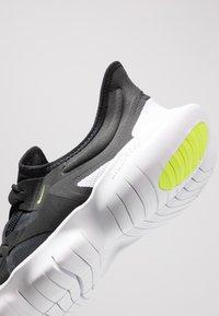 Nike Performance - FREE RN 5.0 - Obuwie do biegania neutralne - black/white/anthracite/volt - 5