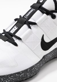 Nike Performance - VARSITY COMPETE TRAINER 2 - Sportschoenen - white/black - 5
