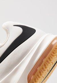 Nike Performance - AIR MAX INFURIATE III LOW - Obuwie do koszykówki - phantom/black/wolf grey/light brown/volt - 5