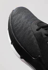Nike Performance - AIR MAX INFURIATE III LOW - Indoorskor - black/white/dark grey - 5