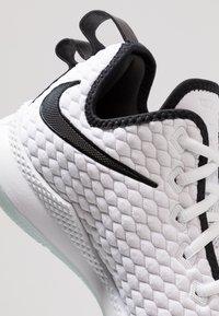 Nike Performance - LEBRON WITNESS III PRM - Obuwie do koszykówki - white/black/oxygen purple - 5
